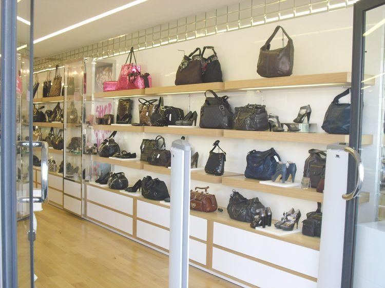 Arredamenti per negozi compra in fabbrica vetrine for Arredamento negozi milano